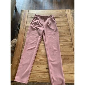 Cropped pink trousers